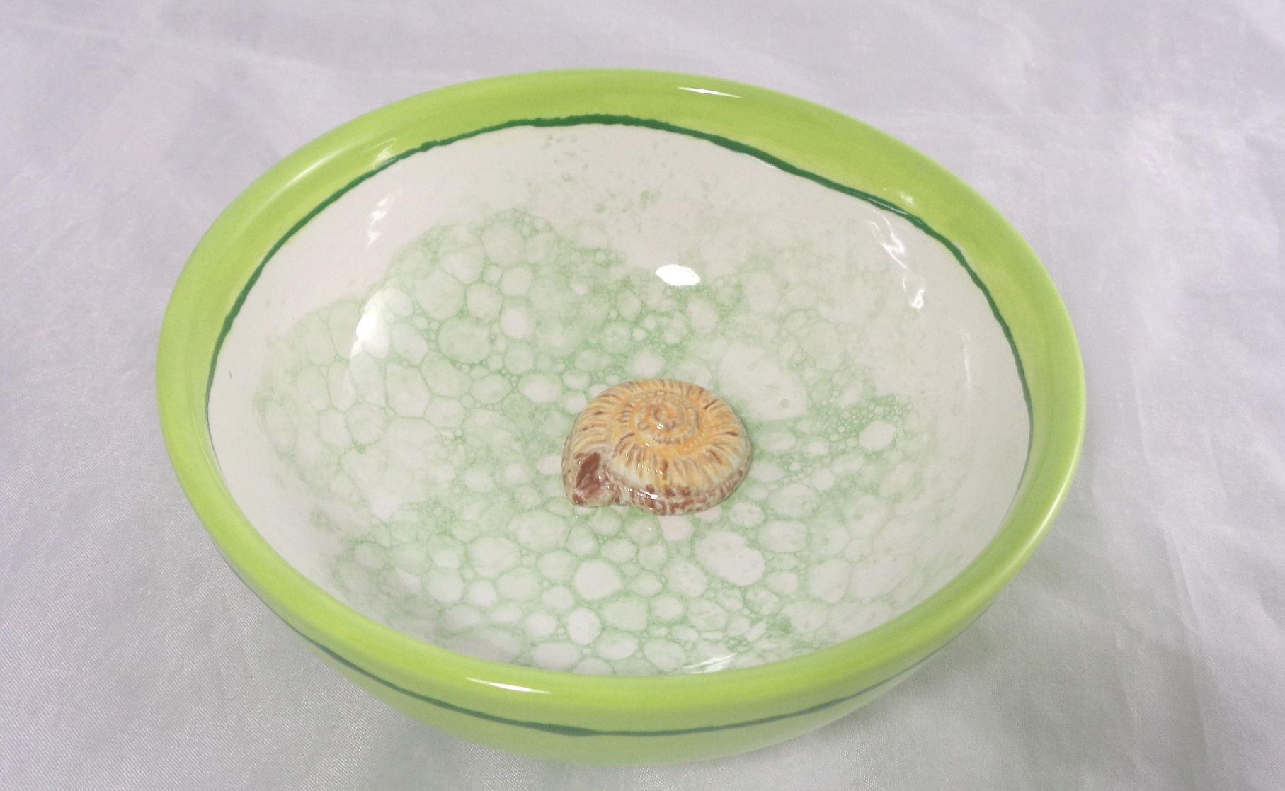 Bemalte Keramik Blubberschale mit Muschel