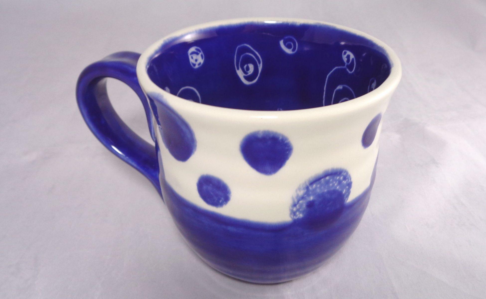 Bemalte Keramik Töpferbecher le bleu