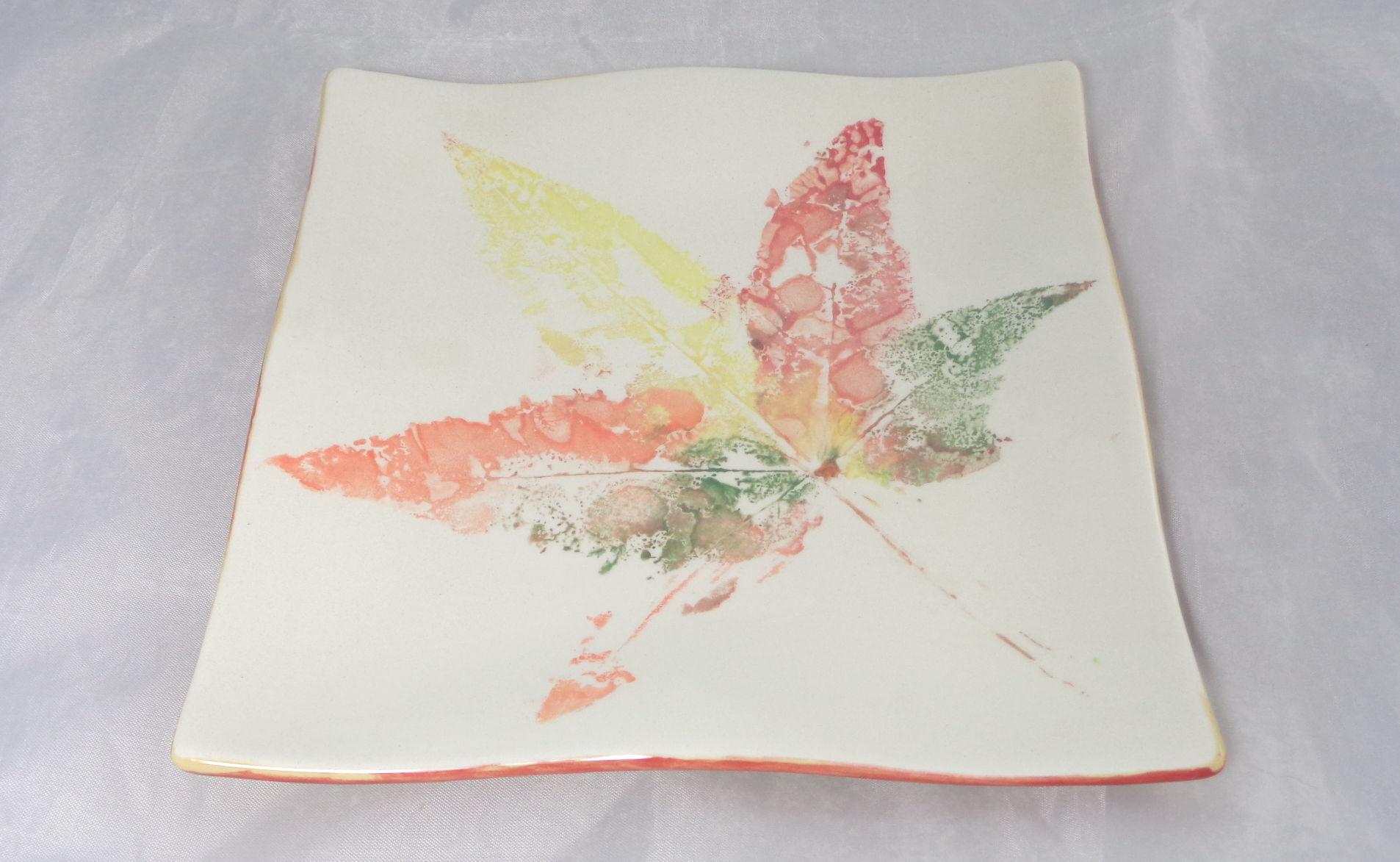 Bemalte Keramik Wellenteller Herbstblatt