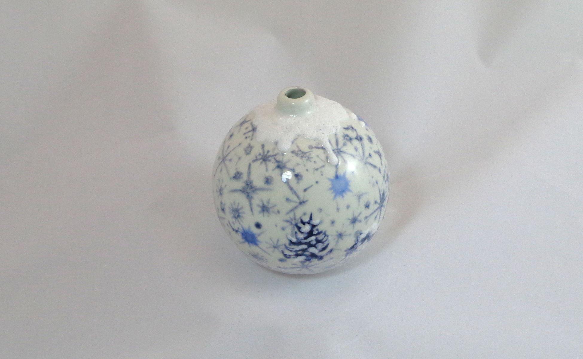 Bemalte Keramik Weihnachtskugel Schneelandschaft